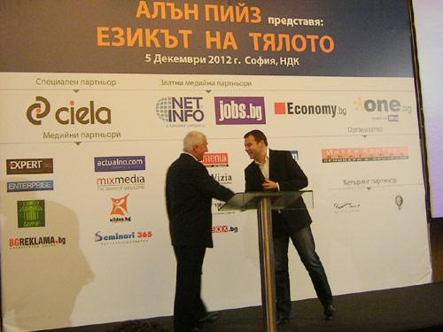 Алън Пийз получава поздравления от Цветан Давидков