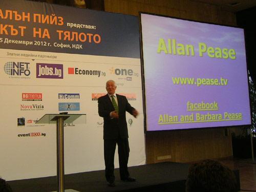 """Алън Пийз на сцената на семинара """"Езикът на тялото"""" в България"""