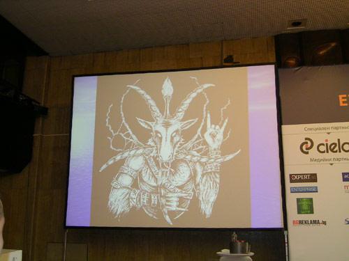 Алън Пийз демонстрира дяволския знак