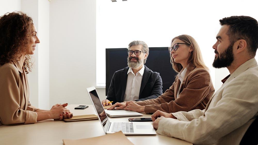 Каква е връзката между длъжностната характеристика и намирането на нови служители?
