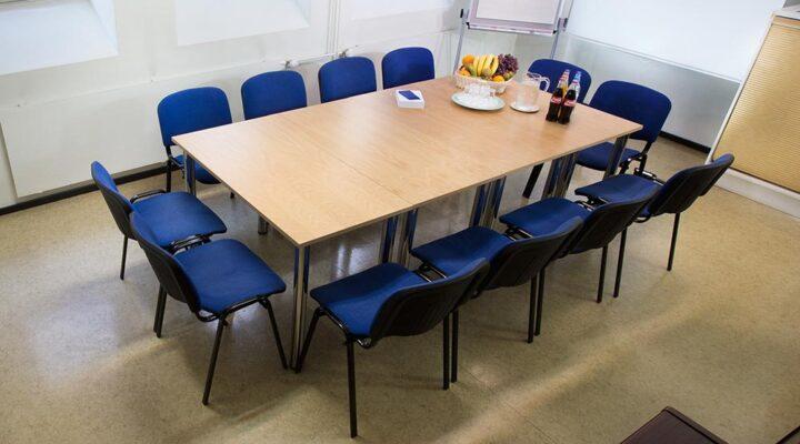 Какви сме в работата според мястото ни около масата по време на работна среща?